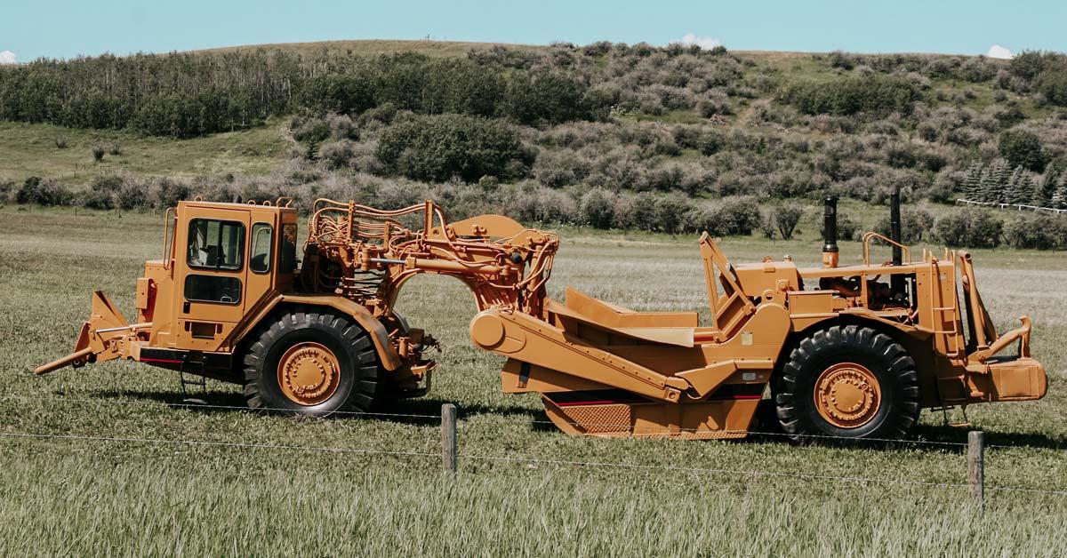 feature-wheel-tractor-scraper-apt-spraypainting